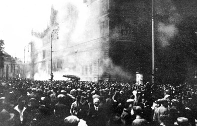The police chief (and later Chancellor) Johann Schober ordered the police to open fire on the demonstrators in front of the burning Justice Palace. (© Bildarchiv Austria)