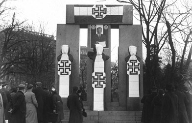 The Memorial of the Republic with Victor Adler, Jakob Reumann und Ferdinand Hanusch was covered after Februar 1934 with Kruckenkreuz-Flags. (© Bildarchiv Austria)
